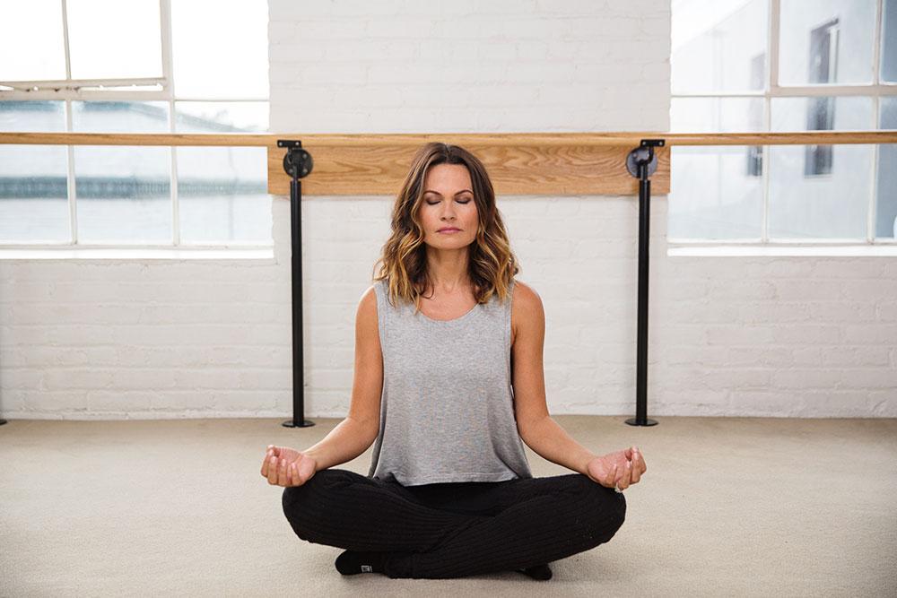 barre-barmethod-girl meditating